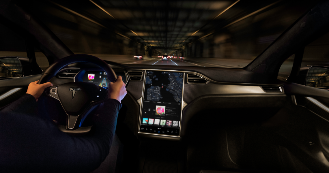 interno tesla conducente