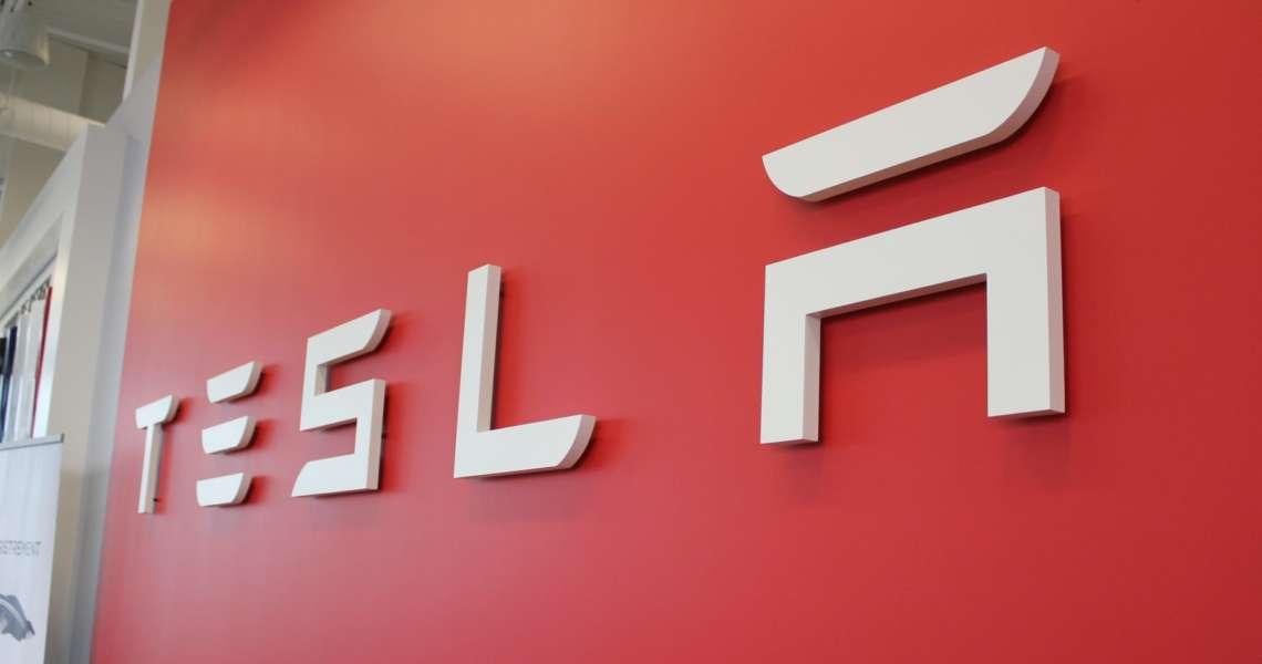 Tesla di fronte a una scommessa